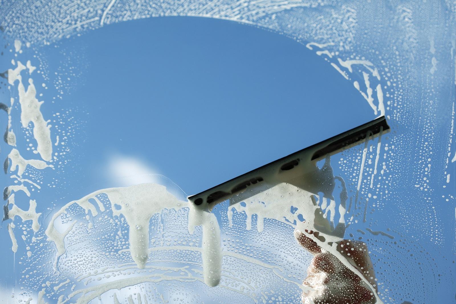 Jak czyścić powierzchnie szklane?