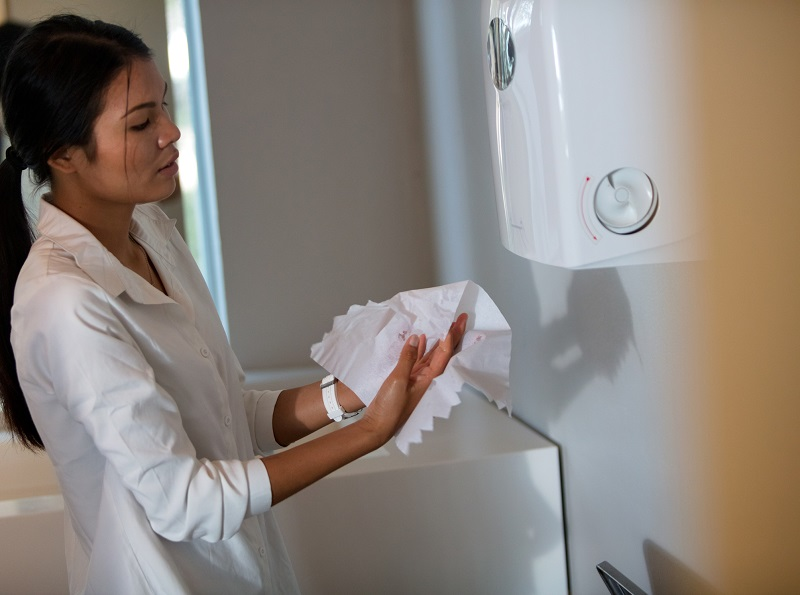 Dlaczego ręczniki do rąk w publicznych toaletach są lepsze od suszarek?