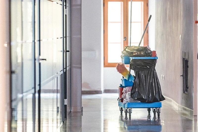 Wszystko w jednym miejscu czyli zalety wózków do sprzątania